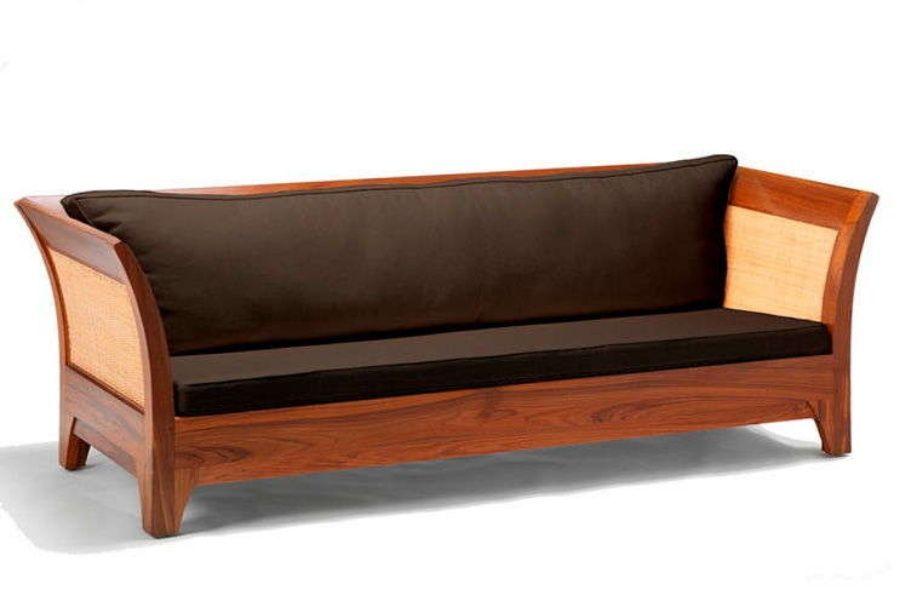 Sofa modern dengan lekuk tradisional dan aksen rotan natural