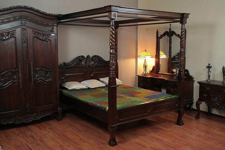 Tempat tidur kanopi kaki cakar Chippendale