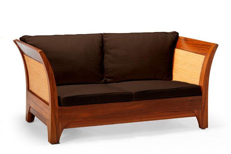 Loveseat minimalis terbuat dari kayu jati perhutani dan anyaman rotan.