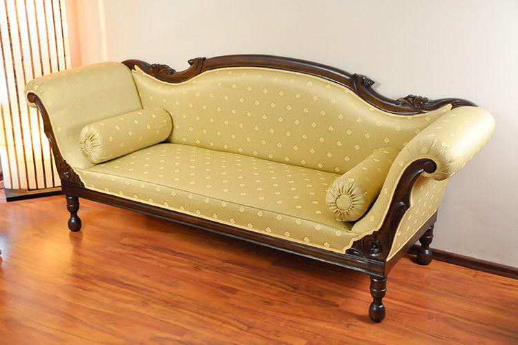 Sofa klasik kolonial kayu mahoni jok busa dan kain antik